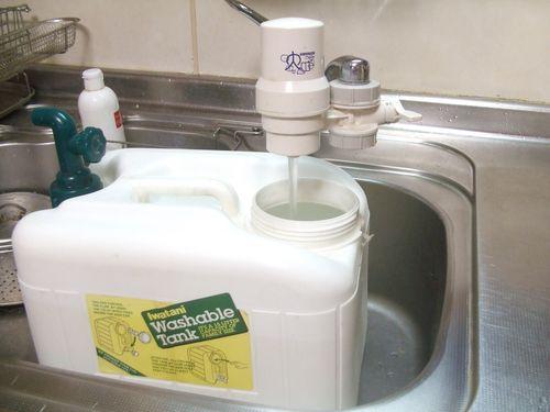 浄水器の水を工房に運ぶ